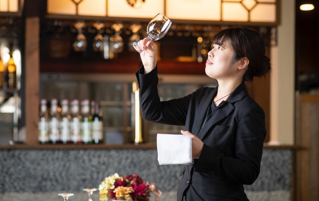 The 華紋 披露宴会場 グラスをチェックするサービススタッフ