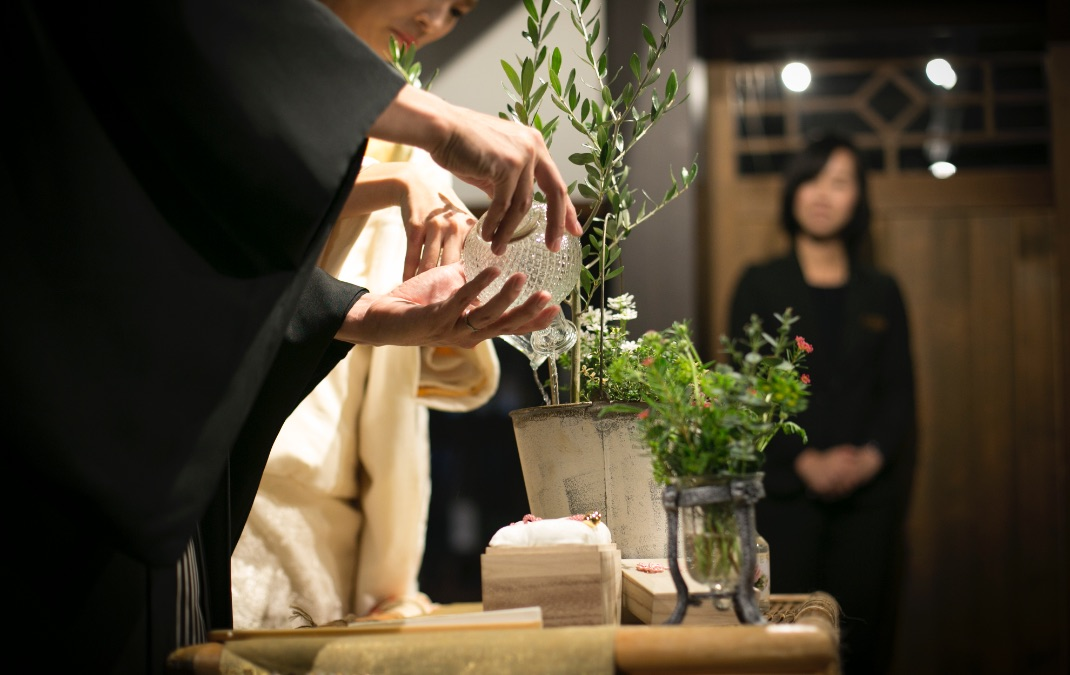 The 華紋 結華堂(ゆいかどう) 結婚式 水合わせの儀を見守るプランナー